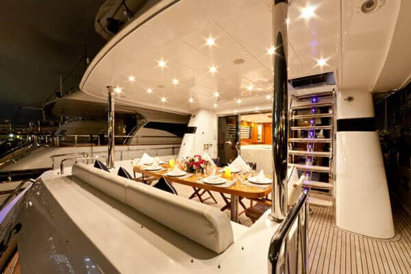 Al fresco dining on the Samaric Motor Yacht.